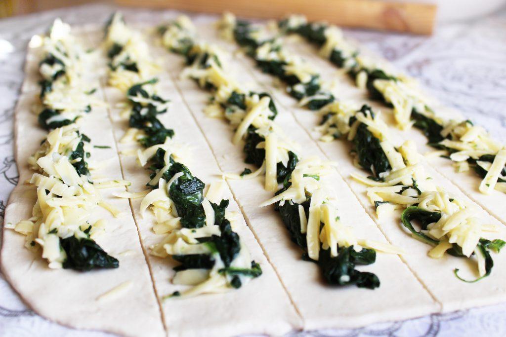 Фото рецепта - Бездрожжевой пирог «Улитка» со шпинатом и сыром - шаг 4