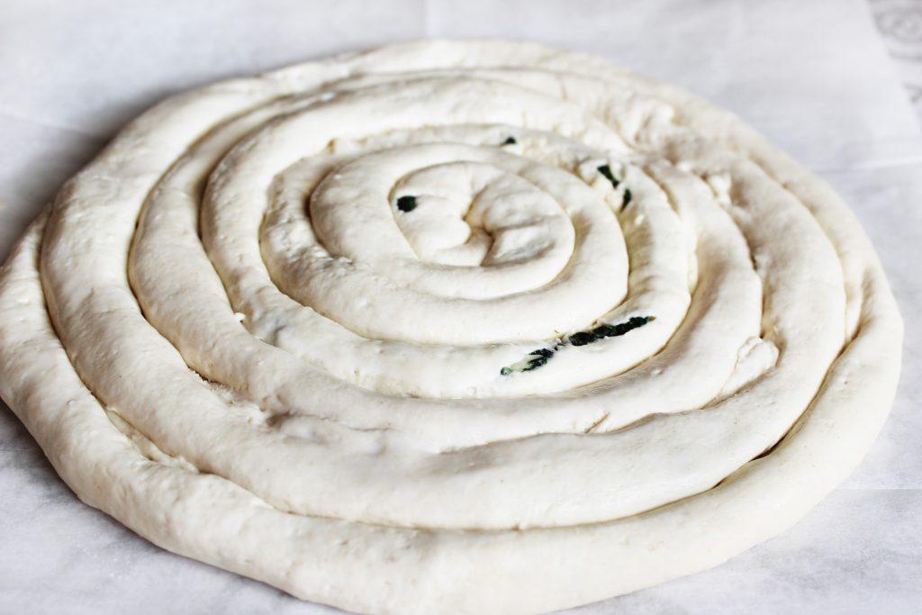 Фото рецепта - Бездрожжевой пирог «Улитка» со шпинатом и сыром - шаг 6