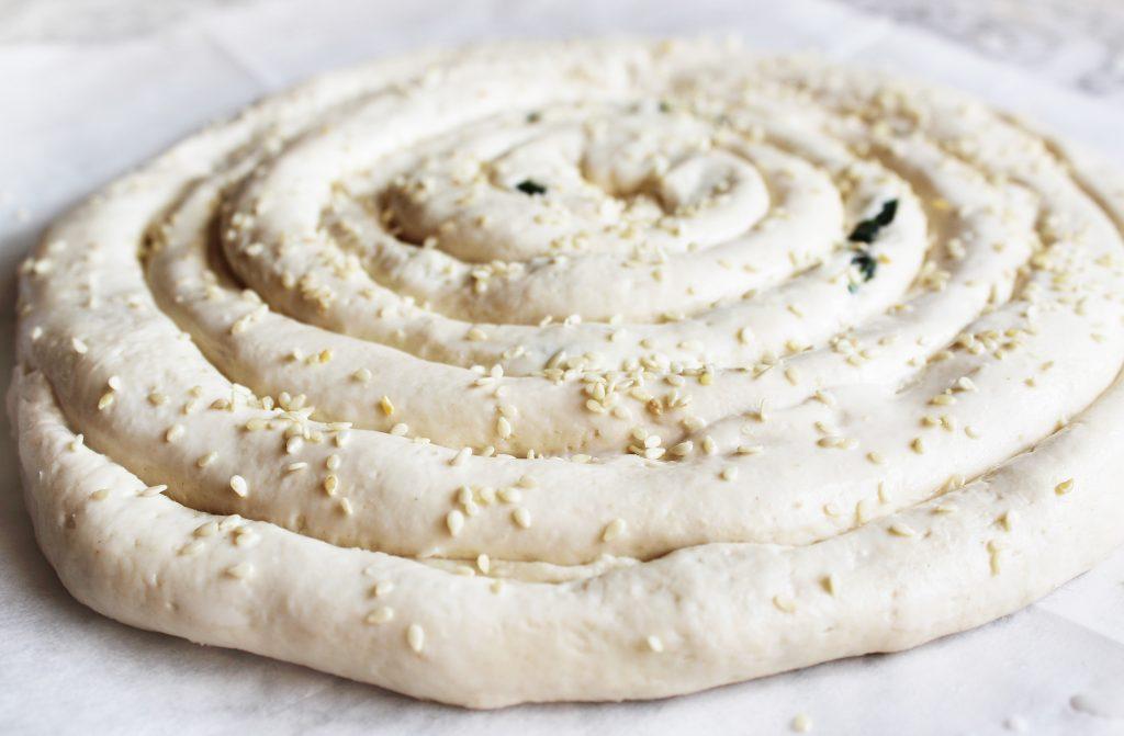 Фото рецепта - Бездрожжевой пирог «Улитка» со шпинатом и сыром - шаг 7