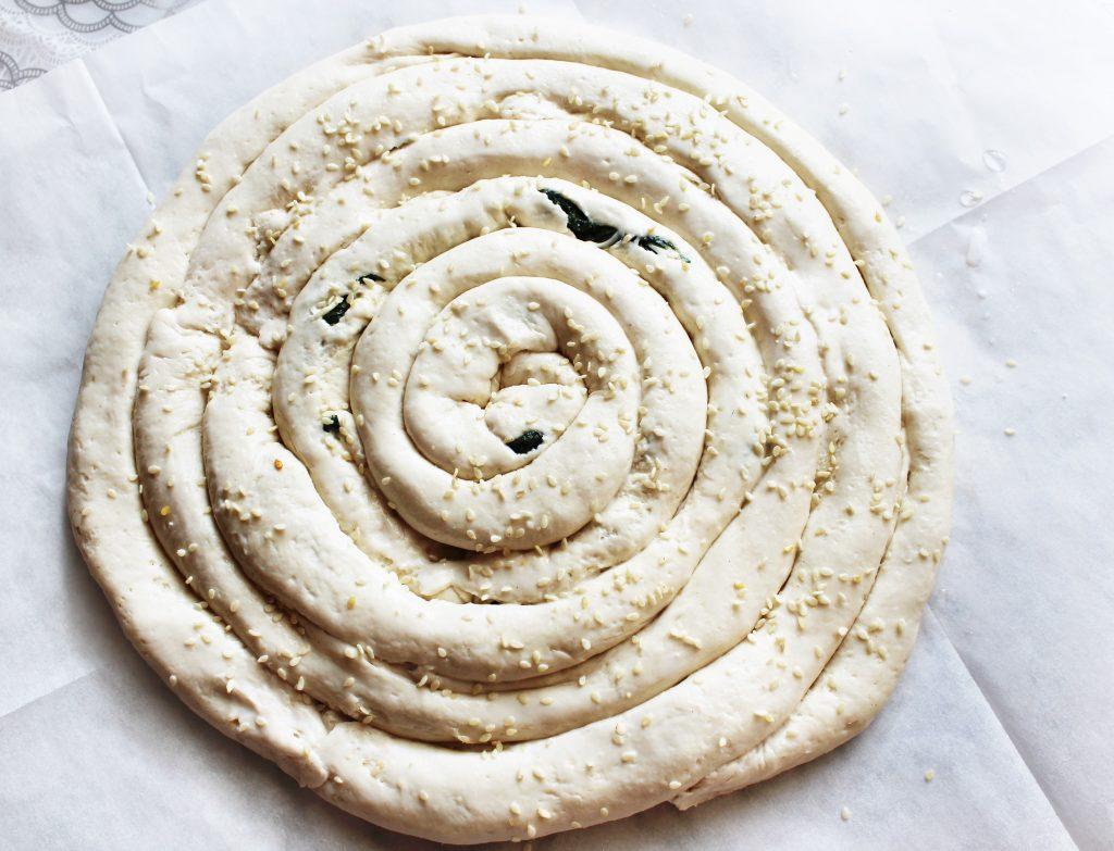 Фото рецепта - Бездрожжевой пирог «Улитка» со шпинатом и сыром - шаг 8