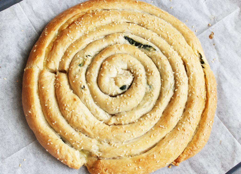 Фото рецепта - Бездрожжевой пирог «Улитка» со шпинатом и сыром - шаг 9