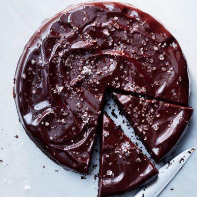 Бисквитный торт с суфле под шоколадной глазурью - рецепт с фото