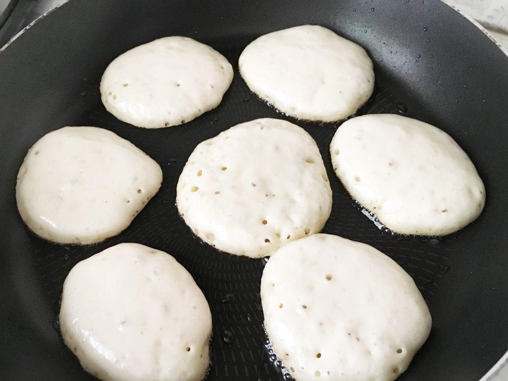 Фото рецепта - Дрожжевые пышные оладьи на молоке - шаг 10