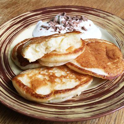 Дрожжевые пышные оладьи на молоке - рецепт с фото