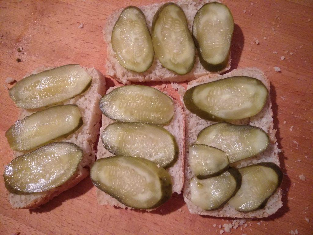 Фото рецепта - Горячие бутерброды с беконом, помидорами и солеными огурцами - шаг 1