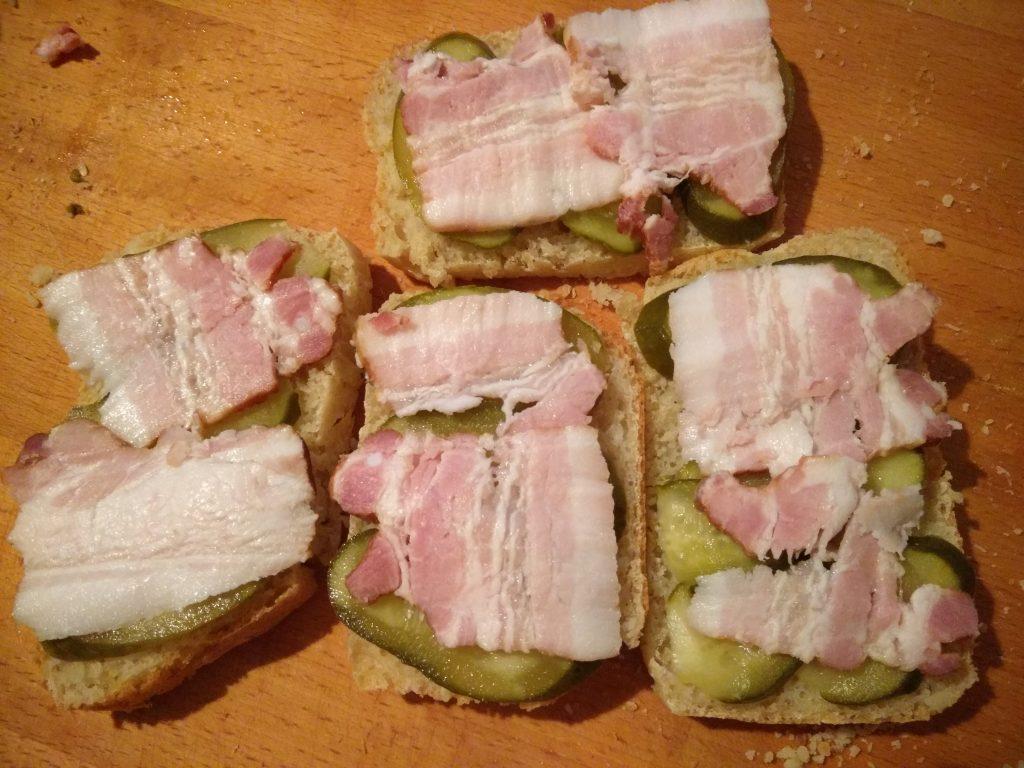 Фото рецепта - Горячие бутерброды с беконом, помидорами и солеными огурцами - шаг 2