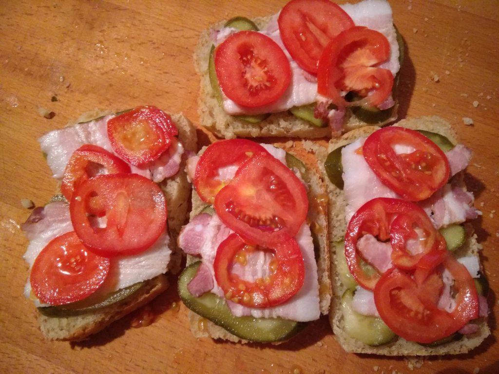 Фото рецепта - Горячие бутерброды с беконом, помидорами и солеными огурцами - шаг 3