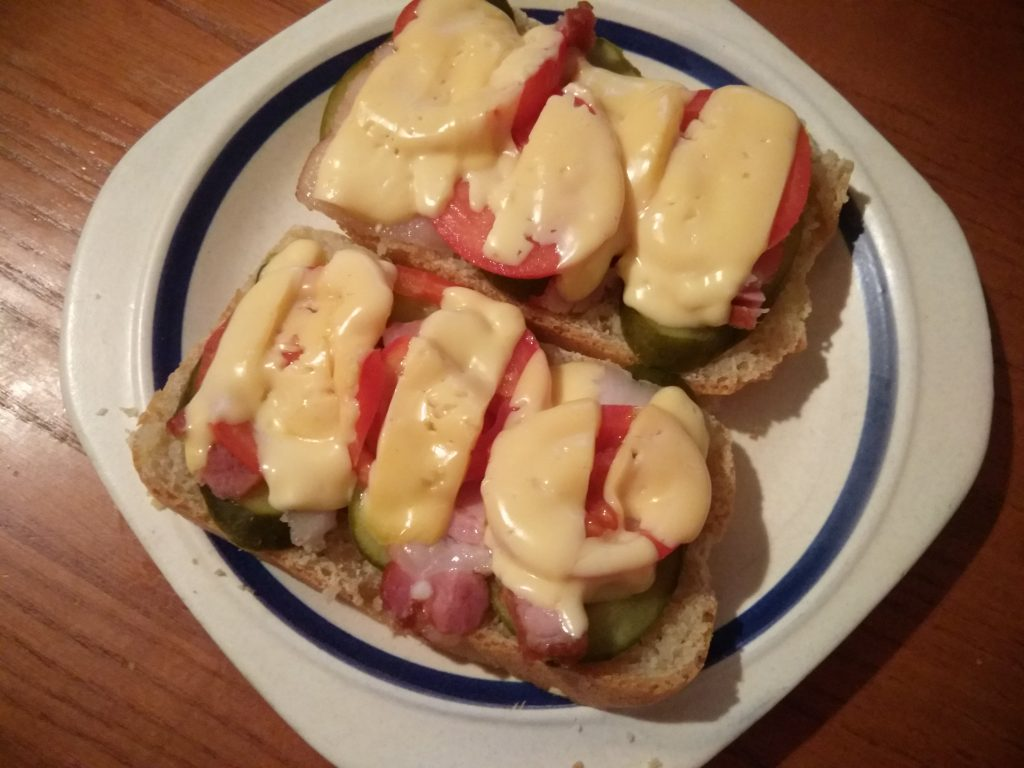 Фото рецепта - Горячие бутерброды с беконом, помидорами и солеными огурцами - шаг 5