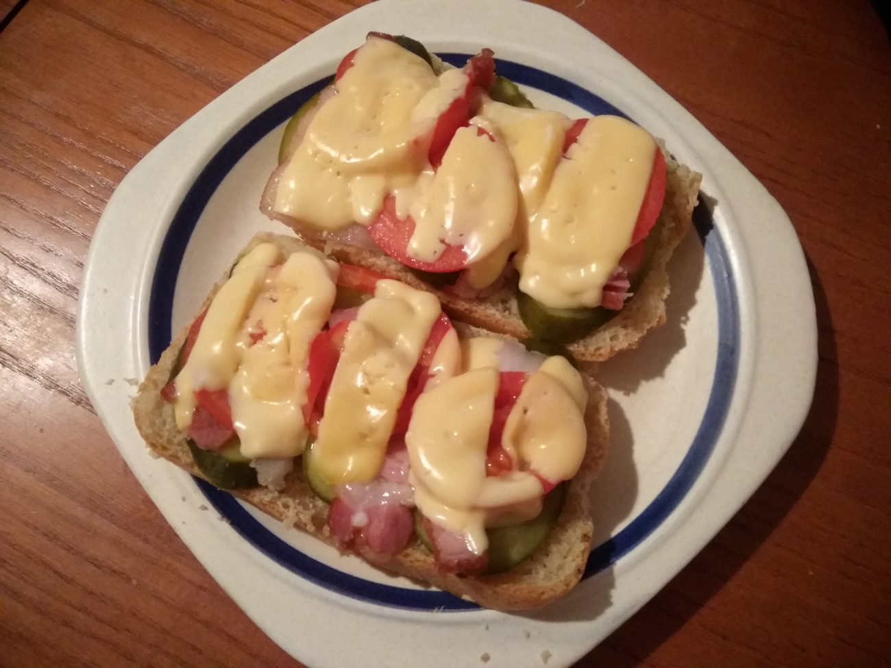 Горячие бутерброды с беконом, помидорами и солеными огурцами