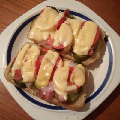 Горячие бутерброды с беконом, помидорами и солеными огурцами - рецепт с фото