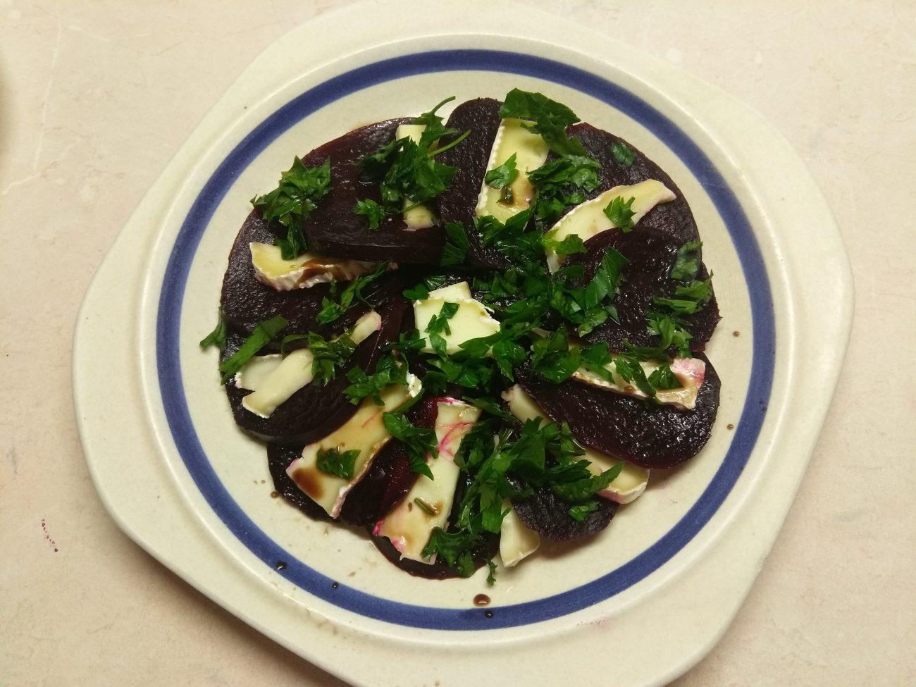 Салат из свеклы и сыра Бри
