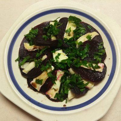 Салат из свеклы и сыра Бри - рецепт с фото