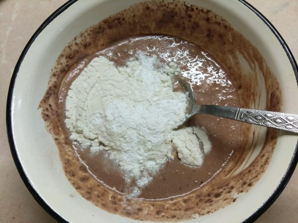 Фото рецепта - Быстрый шоколадный кекс в микроволновке на кефире - шаг 4
