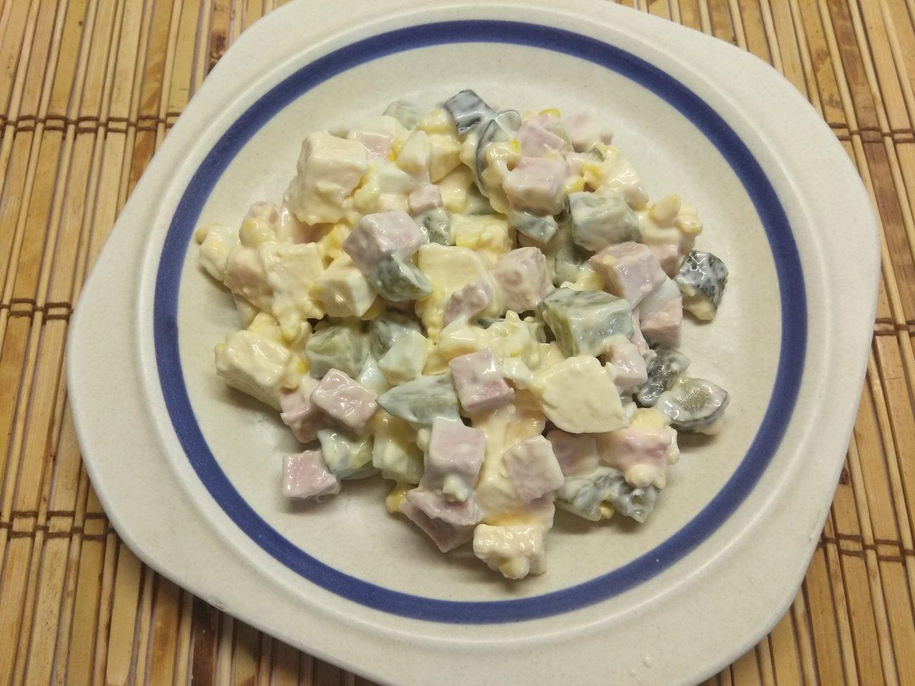 Яичный салат с колбасой, соленными огурцами, сыром и кукурузой