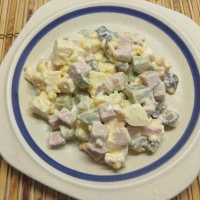 Яичный салат с колбасой, соленными огурцами, сыром и кукурузой - рецепт с фото