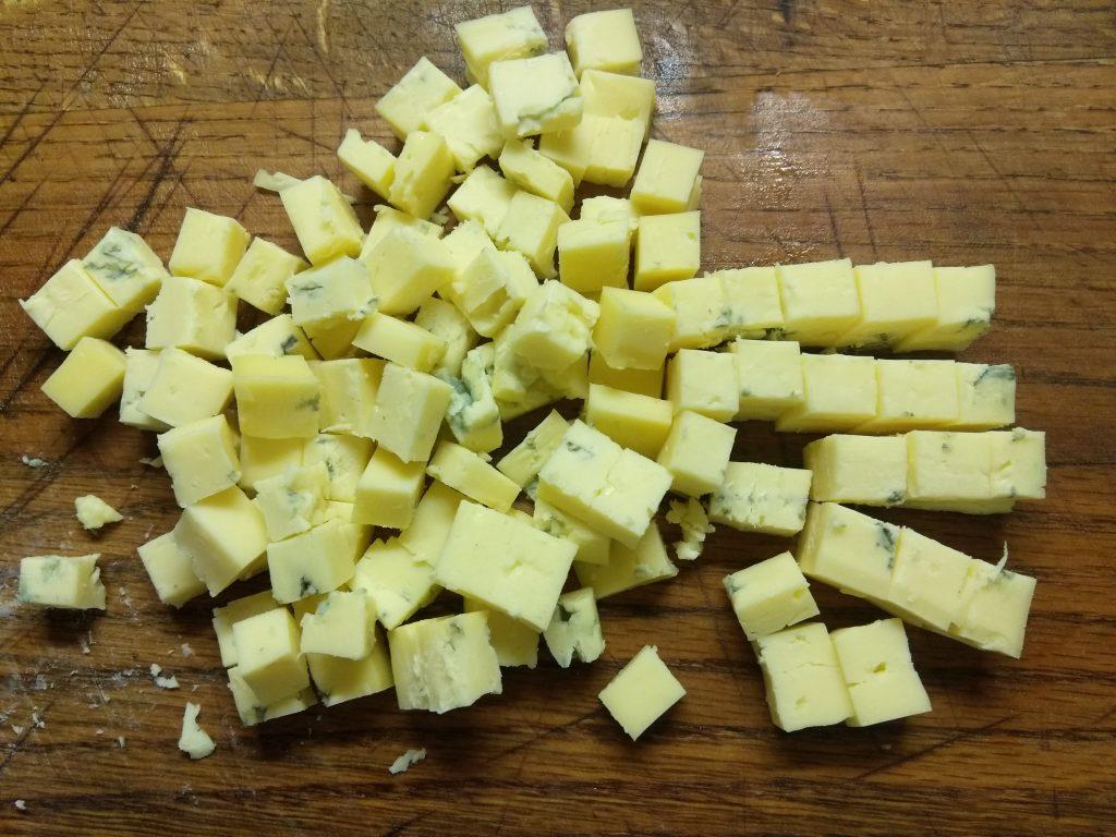 Фото рецепта - Яичный салат с лососем, маринованными огурцами, кабачком и сыром - шаг 3