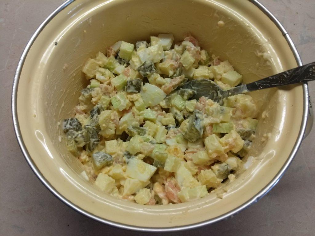Фото рецепта - Яичный салат с лососем, маринованными огурцами, кабачком и сыром - шаг 6