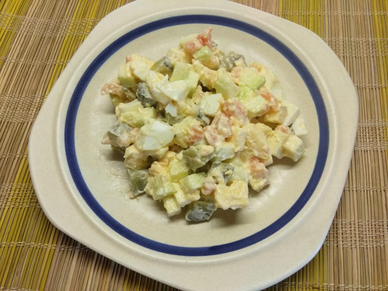 Яичный салат с лососем, маринованными огурцами, кабачком и сыром