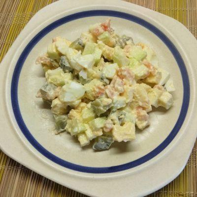 Яичный салат с лососем, маринованными огурцами, кабачком и сыром - рецепт с фото