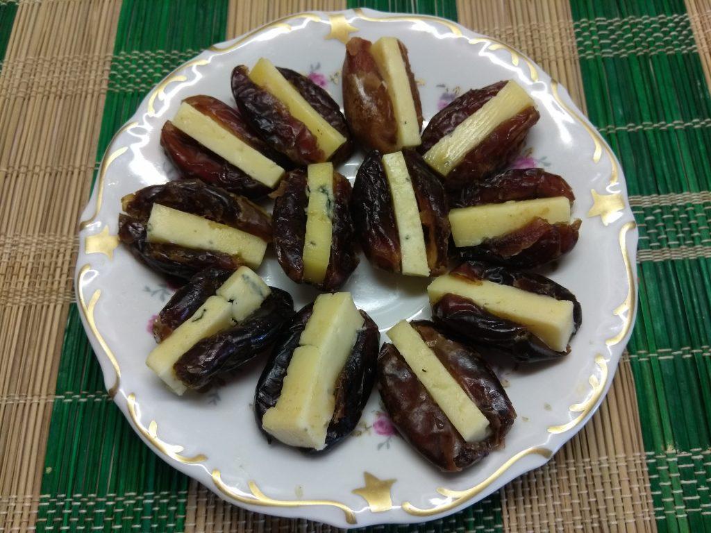 Фото рецепта - Финики, фаршированные сыром с голубой плесенью - шаг 3