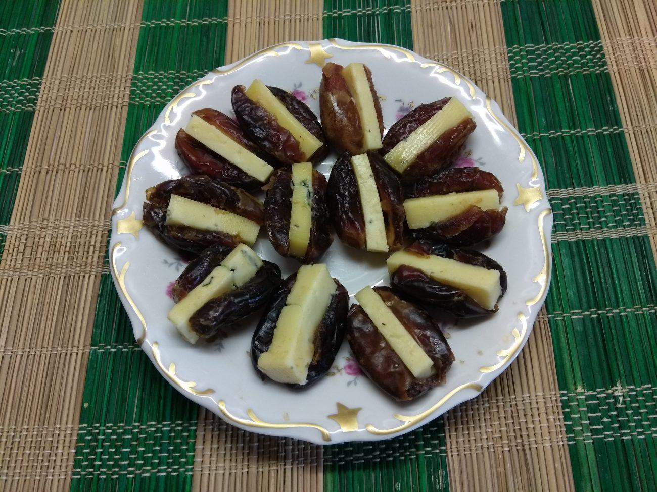 Финики, фаршированные сыром с голубой плесенью