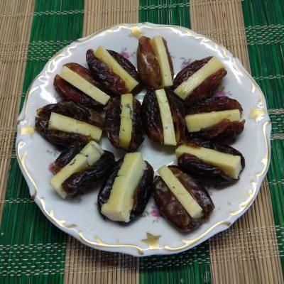 Финики, фаршированные сыром с голубой плесенью - рецепт с фото