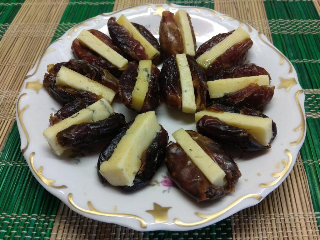 Фото рецепта - Финики, фаршированные сыром с голубой плесенью - шаг 4