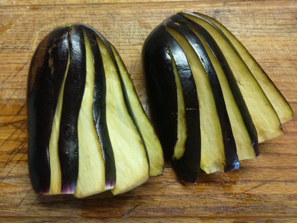 Фото рецепта - Овощной гарнир – баклажаны, запечённые с помидорами и луком - шаг 1