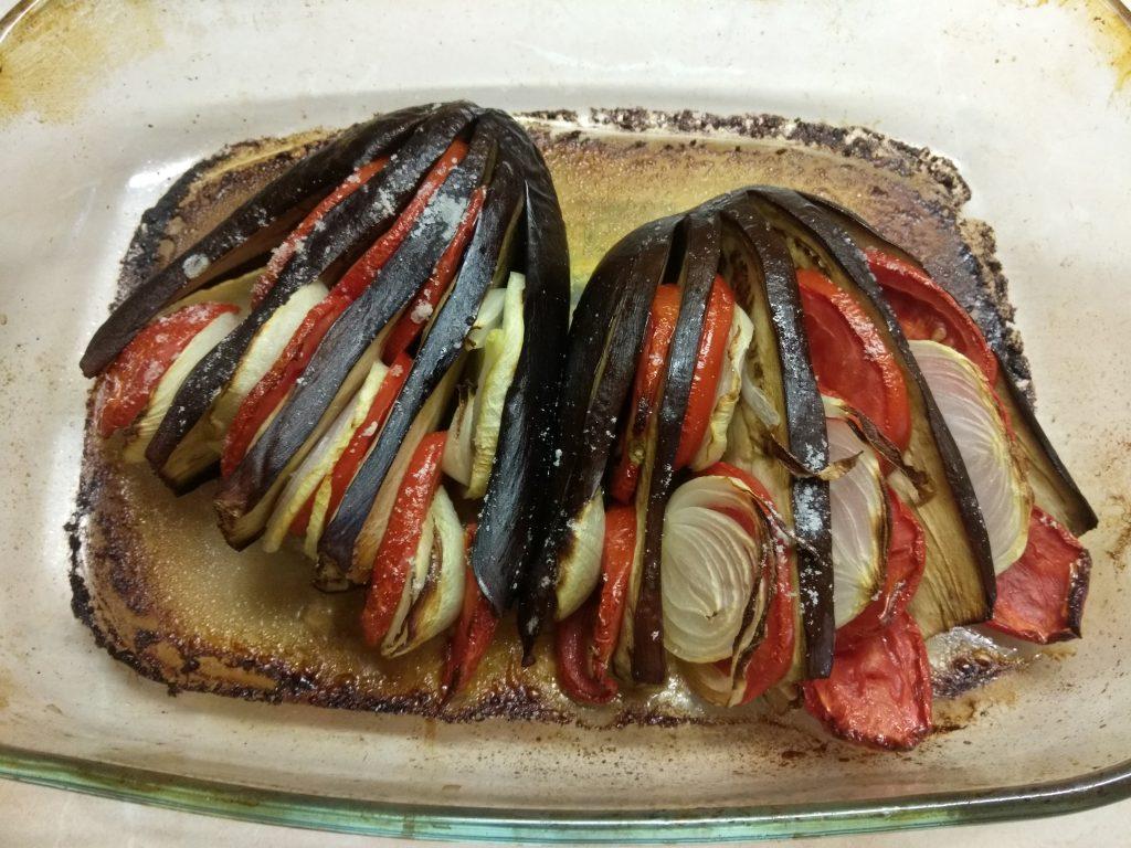 Фото рецепта - Овощной гарнир – баклажаны, запечённые с помидорами и луком - шаг 4