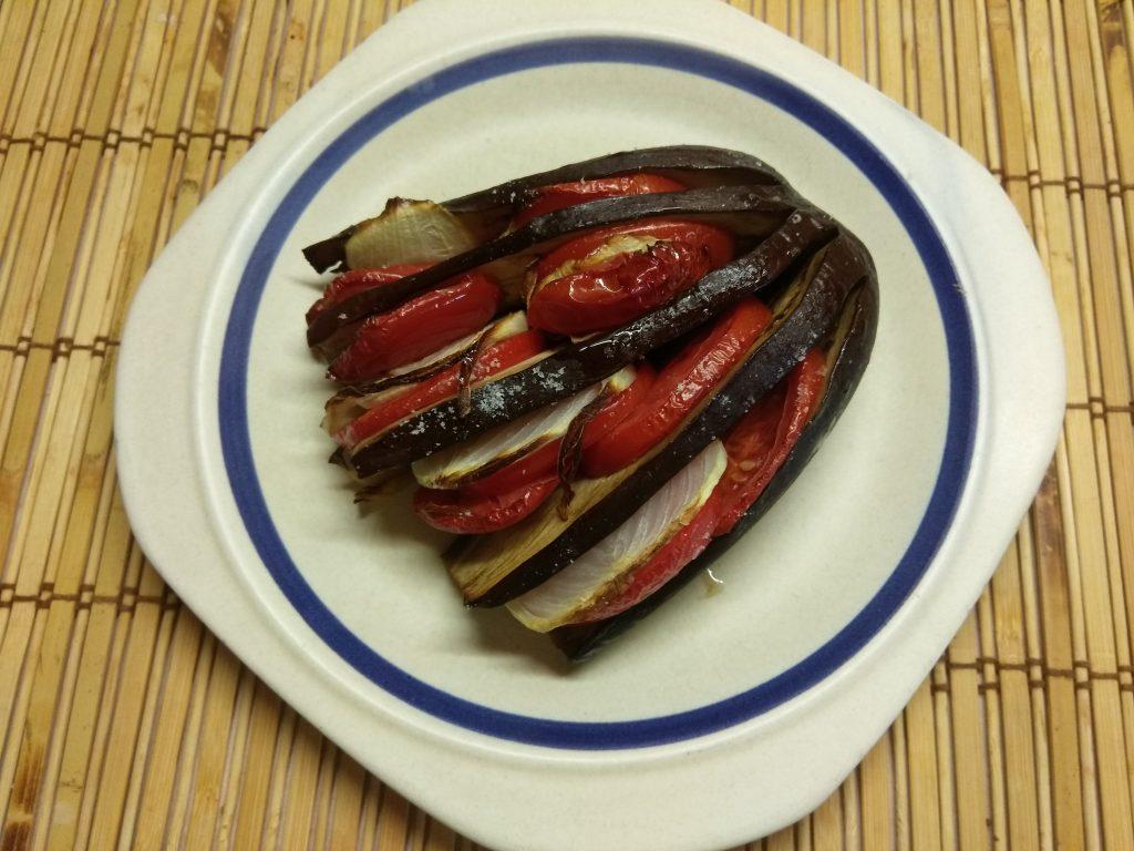 Фото рецепта - Овощной гарнир – баклажаны, запечённые с помидорами и луком - шаг 5