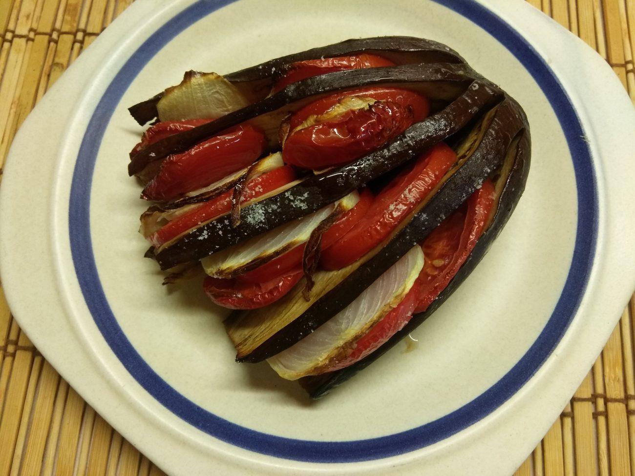Овощной гарнир – баклажаны, запечённые с помидорами и луком
