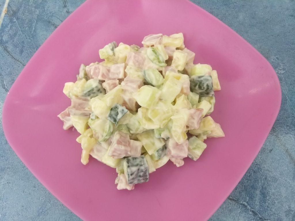 "Фото рецепта - Мясной салат ""Летний бриз"" с кабачками и огурцами - шаг 7"