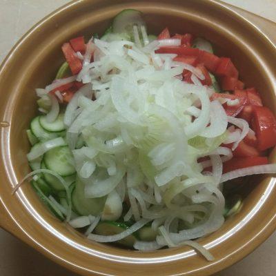 Фото рецепта - Салат из кабачков с помидорами, огурцами и маринованным луком - шаг 4