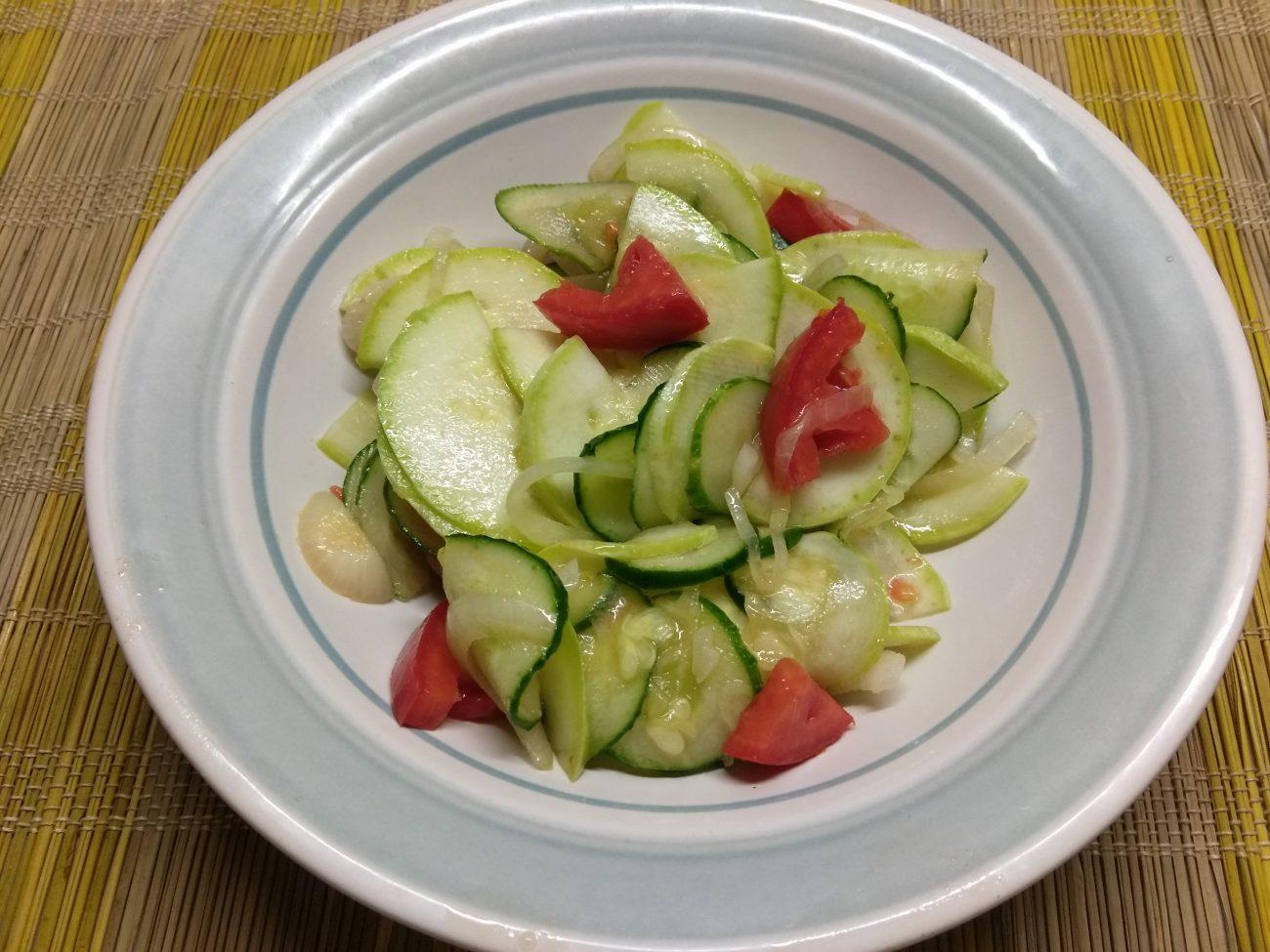 Салат из кабачков с помидорами, огурцами и маринованным луком