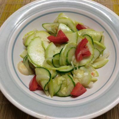 Салат из кабачков с помидорами, огурцами и маринованным луком - рецепт с фото