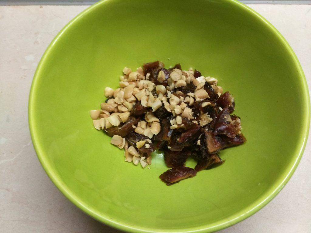 Фото рецепта - Яблоки, фаршированные арахисом и финиками - шаг 3