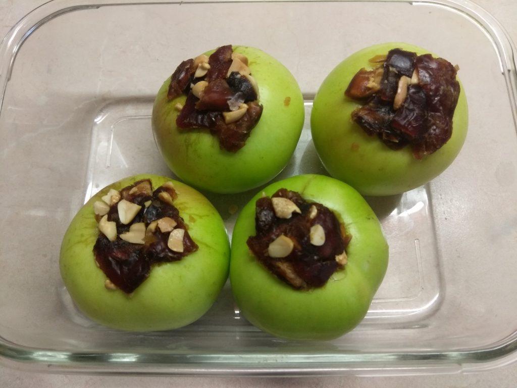 Фото рецепта - Яблоки, фаршированные арахисом и финиками - шаг 4