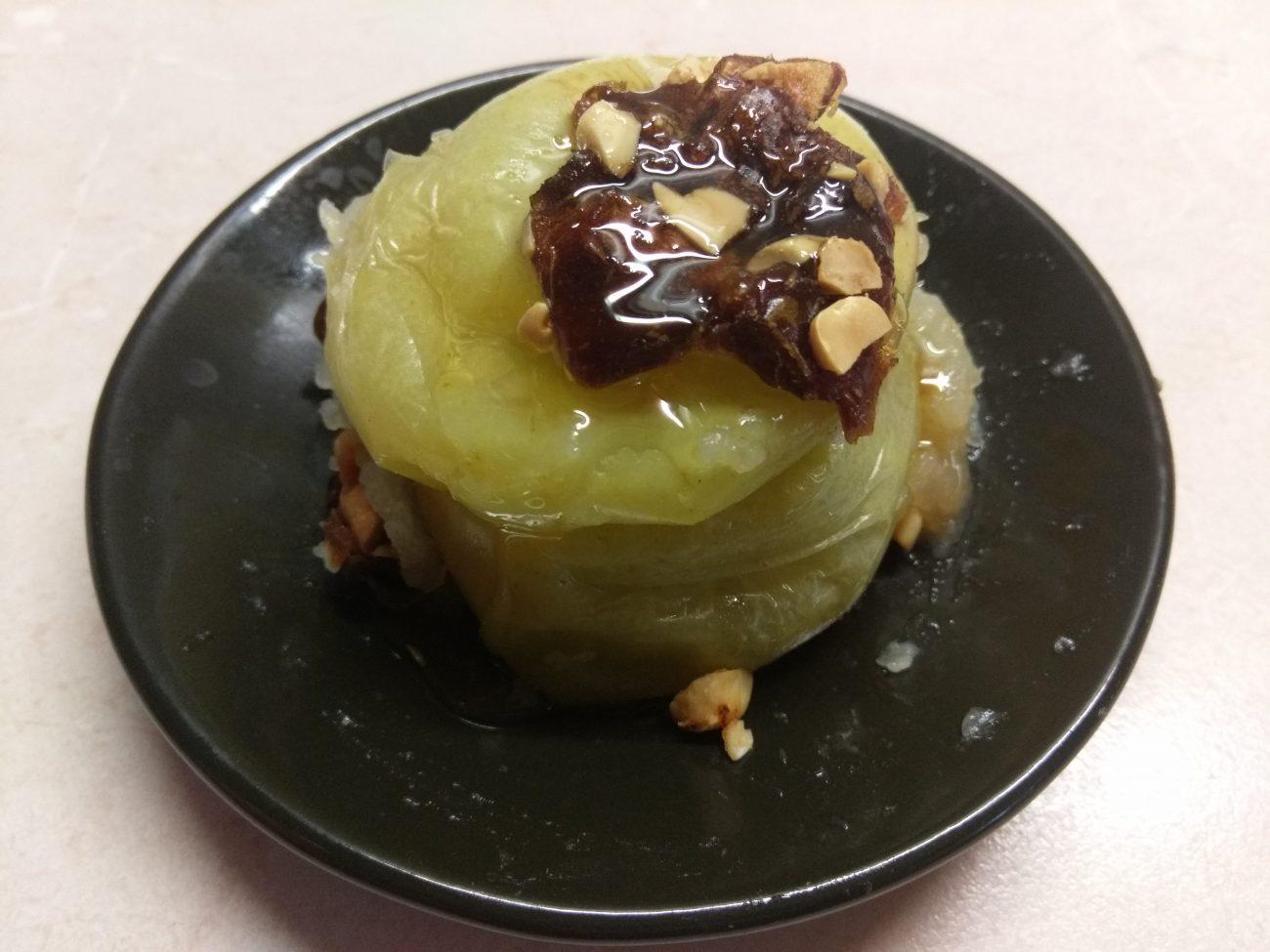 Яблоки, фаршированные арахисом и финиками
