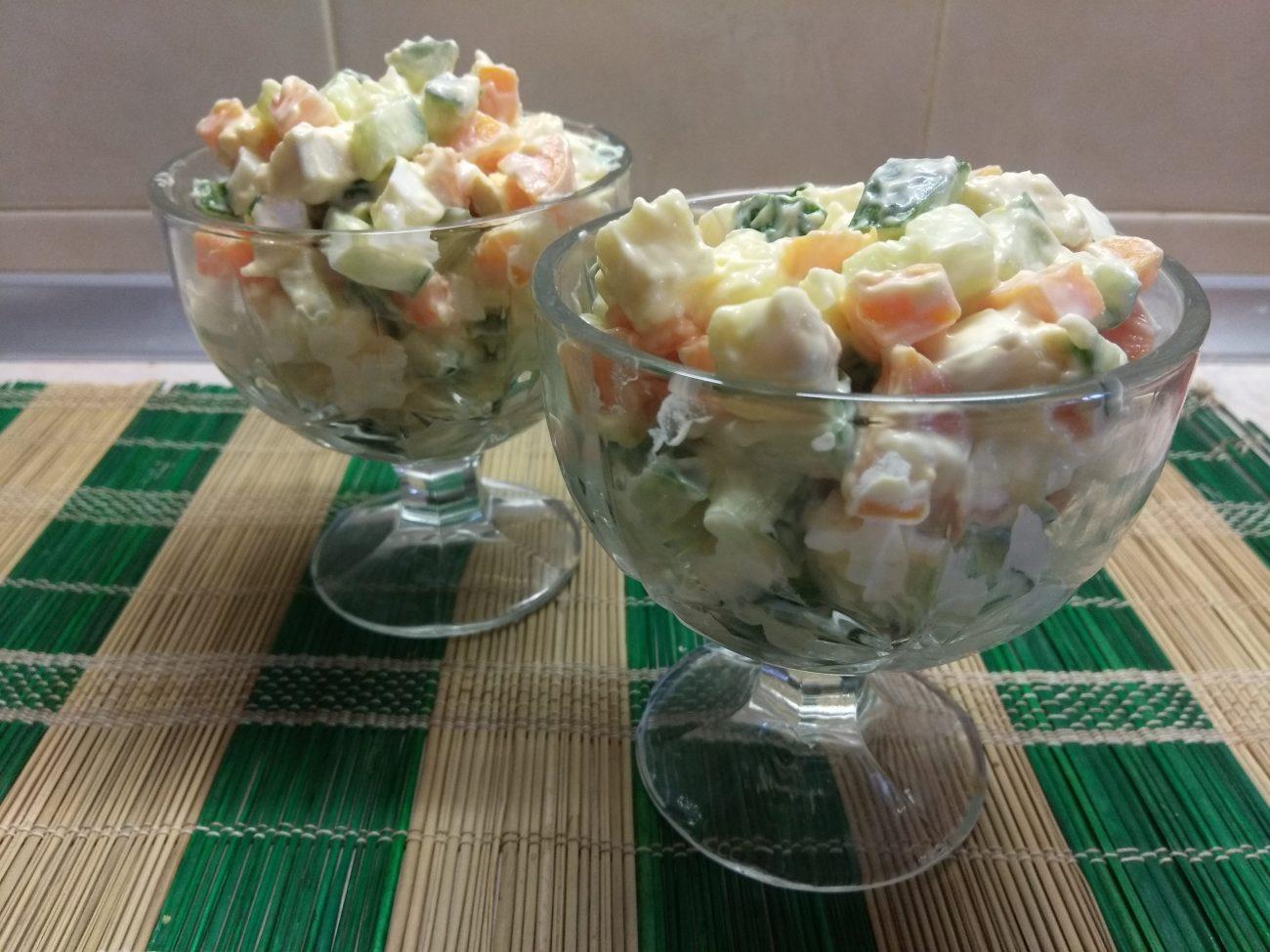 Яичный салат с балыком, морковью и сыром бри
