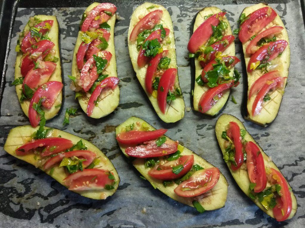 Фото рецепта - Баклажаны, запеченные с помидорами и чесноком - шаг 3