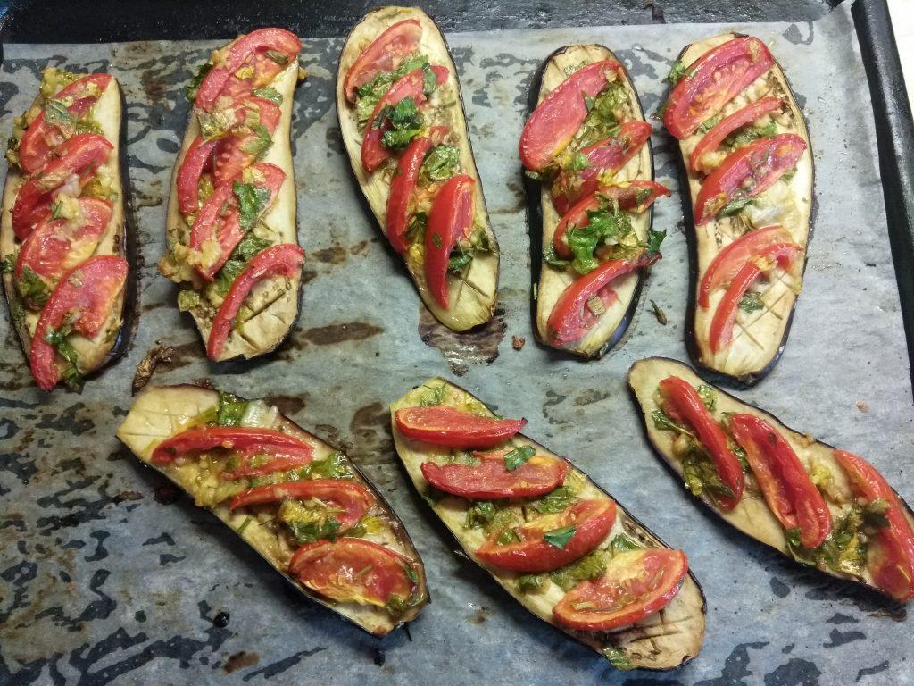 Фото рецепта - Баклажаны, запеченные с помидорами и чесноком - шаг 4