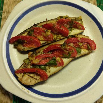 Баклажаны, запеченные с помидорами и чесноком - рецепт с фото