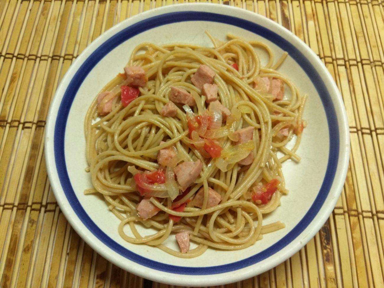 Спагетти с варенной колбасой и помидорами