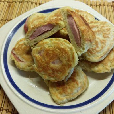 Несладкие оладьи на молоке с колбасой - рецепт с фото