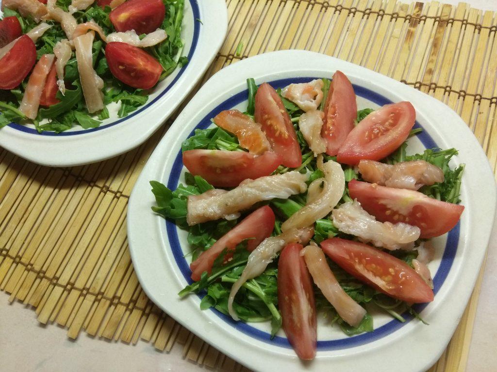 Фото рецепта - Салат из рукколы с лососем, помидорами и чили - шаг 3