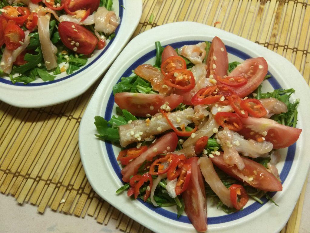 Фото рецепта - Салат из рукколы с лососем, помидорами и чили - шаг 4