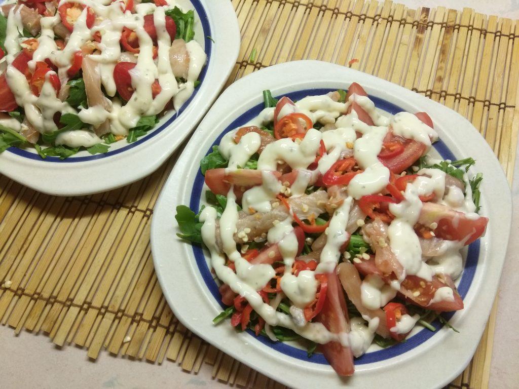 Фото рецепта - Салат из рукколы с лососем, помидорами и чили - шаг 5