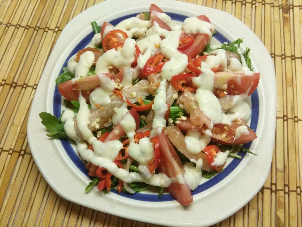 Фото рецепта - Салат из рукколы с лососем, помидорами и чили - шаг 6