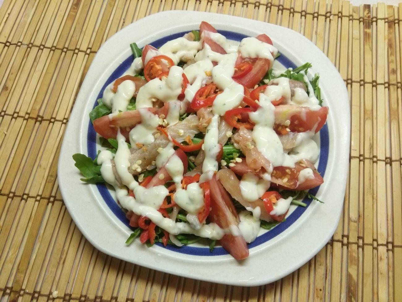 Салат из рукколы с лососем, помидорами и чили