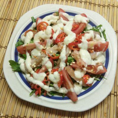 Салат из рукколы с лососем, помидорами и чили - рецепт с фото